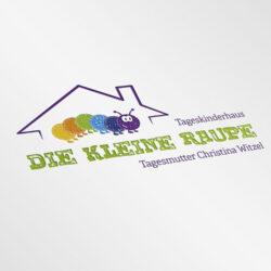 Eine farbenfrohe Logoentwicklung für eine Kindertagesstätte in Hünfeld. Abgebildet ist eine Raupe in einem Haus