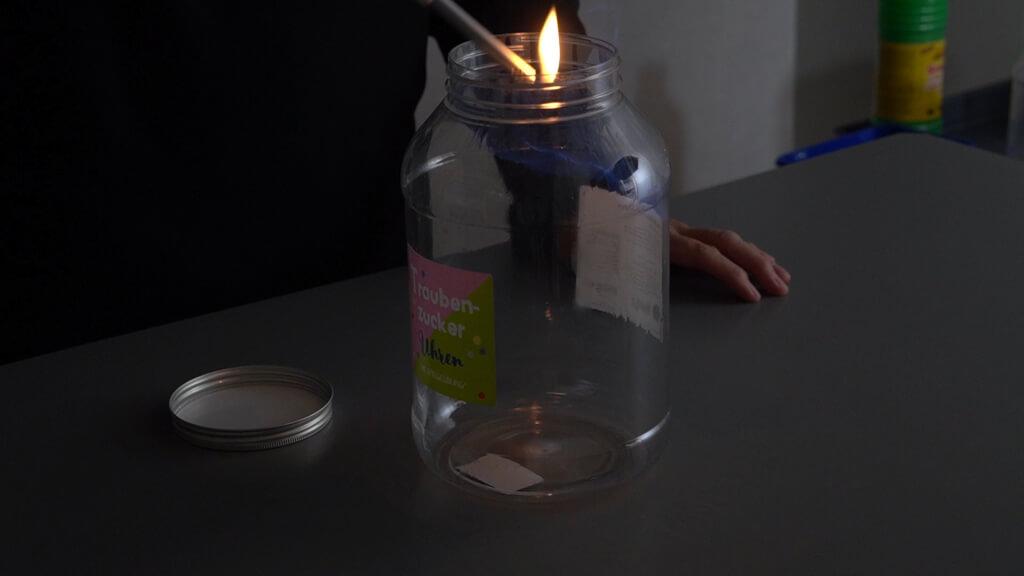 Alkohol brennt im offen Bonbonglas