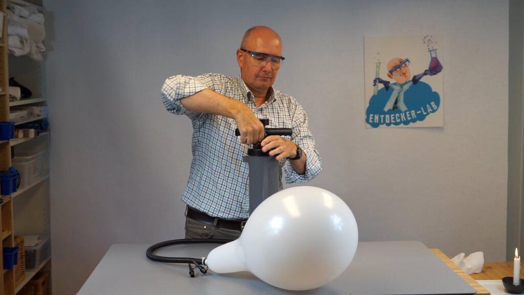Luftballon platzt beim Aufpumpen