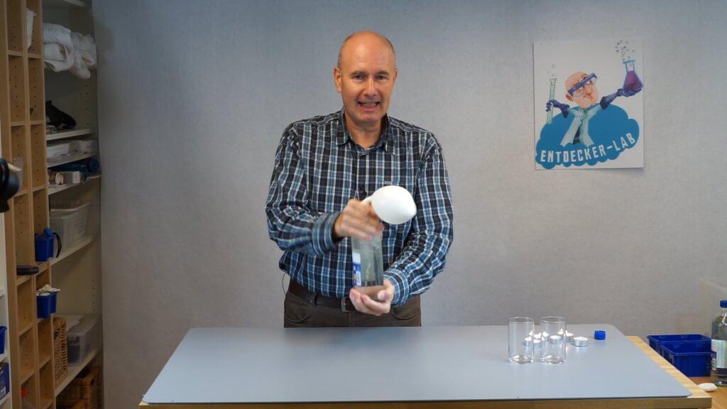 Mit dem Kohlenstoffdioxid aus dem Mineralwasser kann man einen Luftballon füllen.