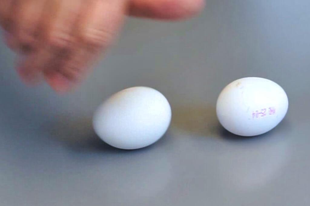 Das rohe Ei dreht sich schneller als das gekochte.
