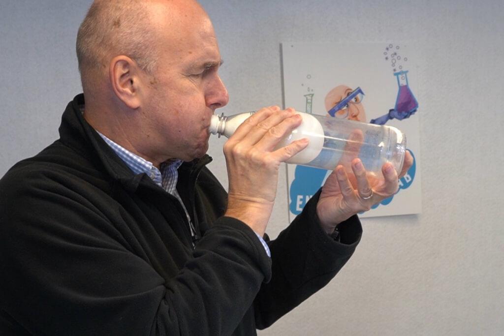 Luftballon in Flasche aufpusten mit Trick