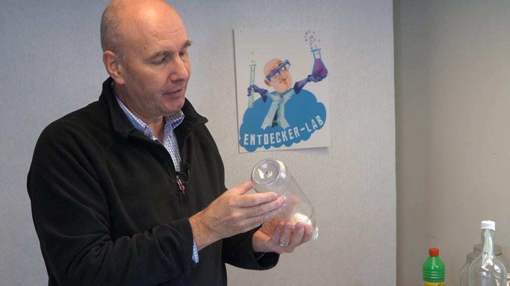 Luftballon in Flasche mit Loch aufpusten