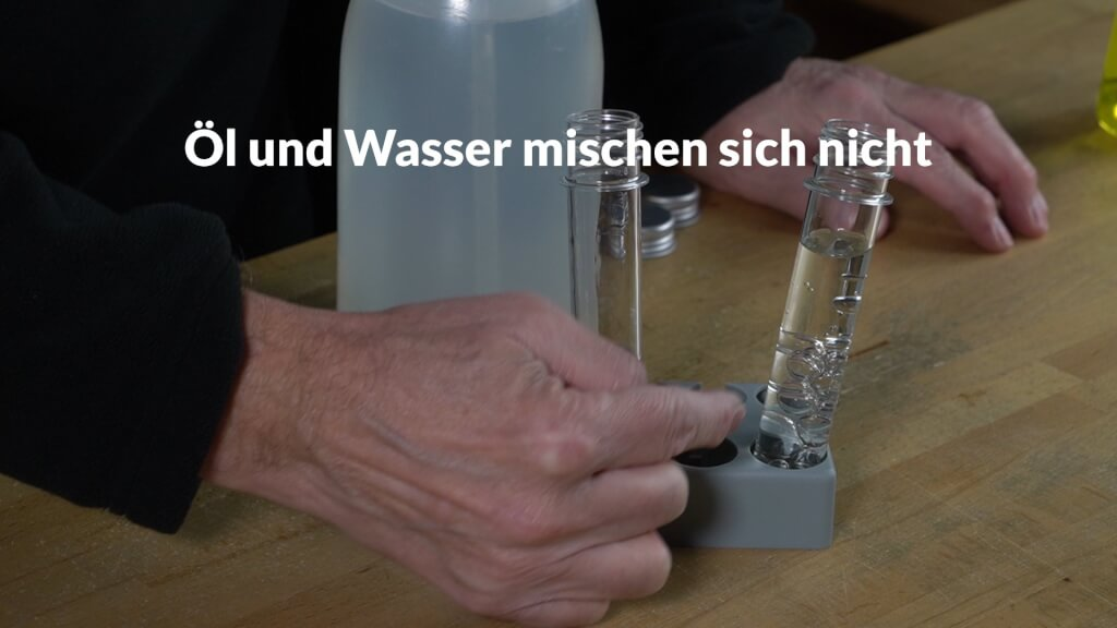Wasser und Öl mischen sich nicht. Wasser hat eine höhere Dichte als Öl.