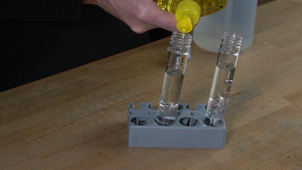 Mit dem Spülmittel mischen sich Wasser und Öl leichter.