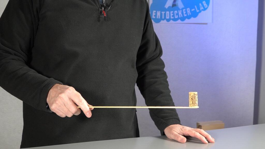 Korken balancieren auf dem flachen Ende des Lineals