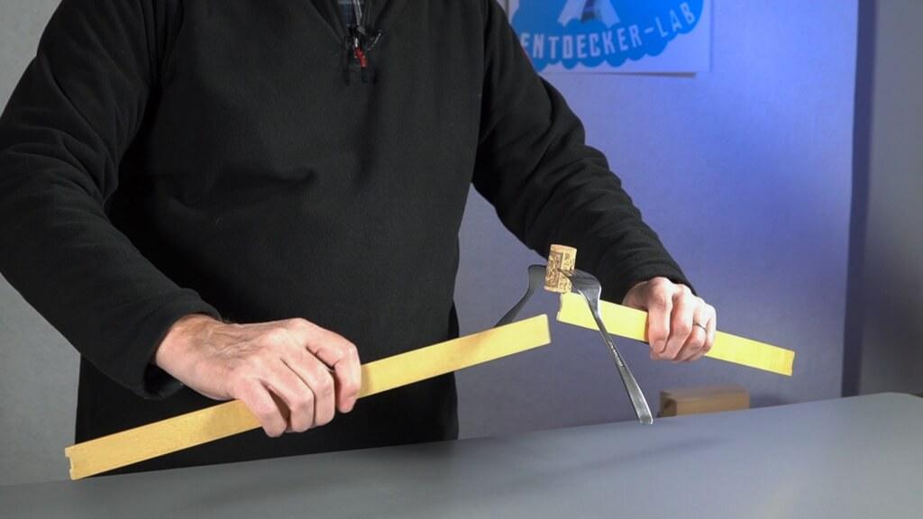 Der Korken kann von einem Lineal zum anderen übergeben werden