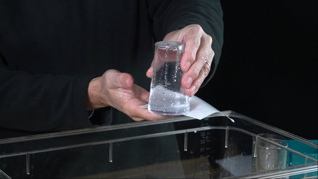 Das hydrostatische Glas ist ein Trinkglas mit einer durchsichtigen Kunststoffabdeckung.