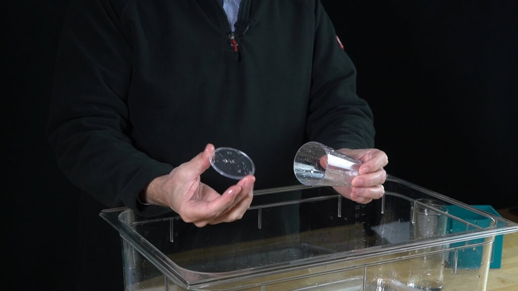 Das hydrostatische Trickglas mit dem Kunststoffdeckel.