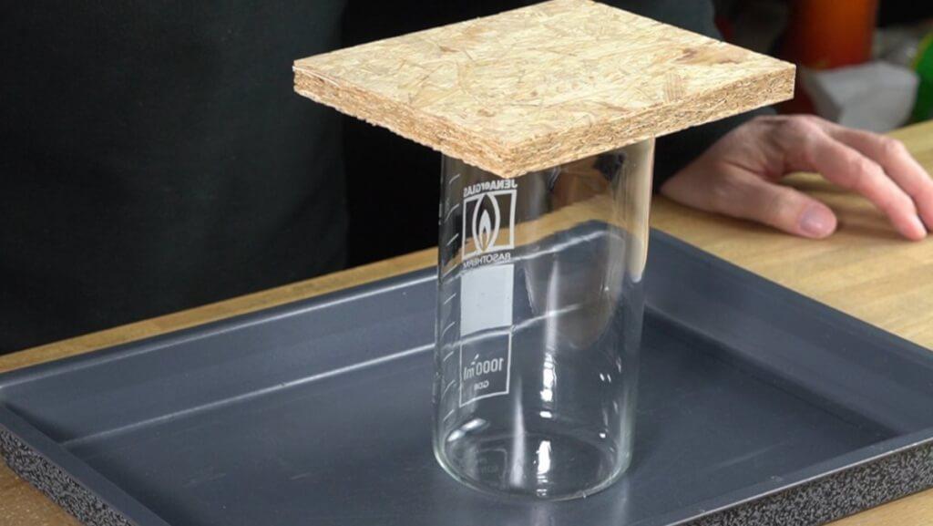 Sechs Tropfen Benzin verdampfen in einem 1 l Glas. Das Glas muss dabei abgedeckt werden.