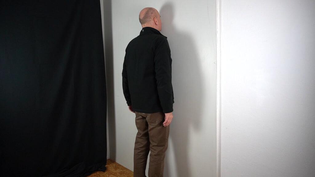 Aufrecht an die Wand stellen. Fußspitzen und Nasenspitze berühren die Wand.