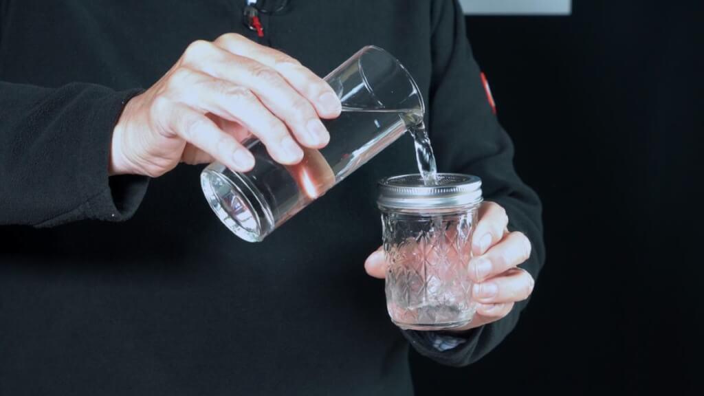 So ist das Glas mit dem Mückengitter wasserdurchlässig.