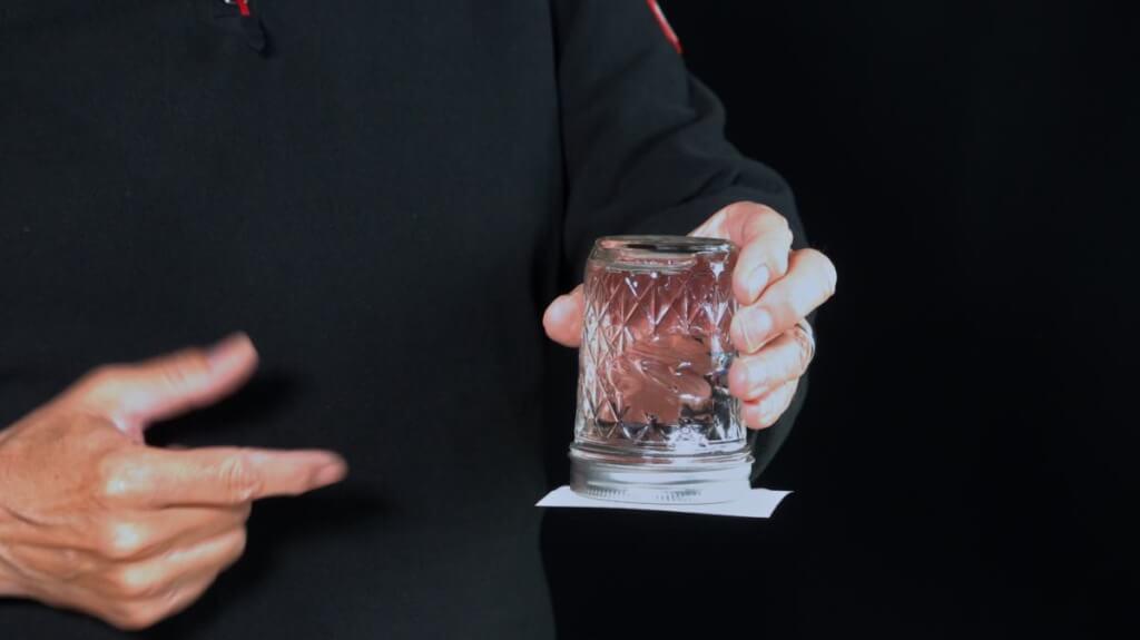 Das Blatt Papier deckt das Glas wasserdicht ab.