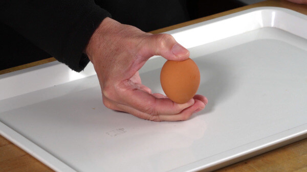 Versucht mal, ein Ei zwischen Daumen und Zeigefinger zu zerquetschen.