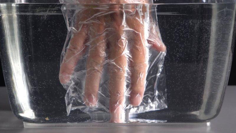 Mit einem Folienhandschuh, könnt ihr den Druck des Wassers spüren.