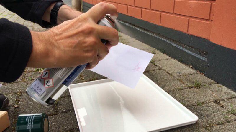 Papier mit Imprägnierspray einsprühen.