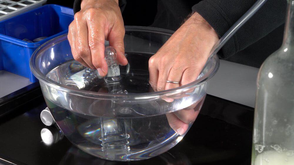 Den Sauerstoff kannst du in einer pneumatischen Wanne unter Wasser auffangen