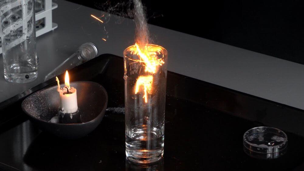 Eisenwolle verbrennt in Sauerstoff besonders heftig