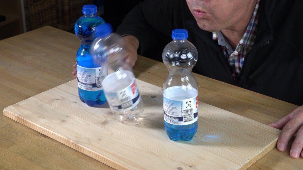 Ich versuche eine volle, eine leere und eine halb gefüllte Flasche umzupusten.