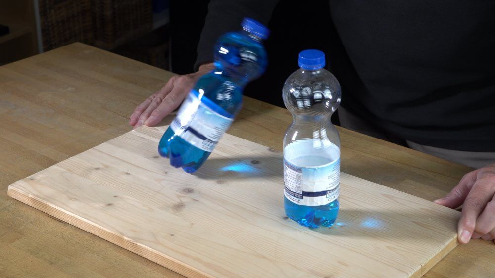 Als erstes fällt die leere Flasche um.