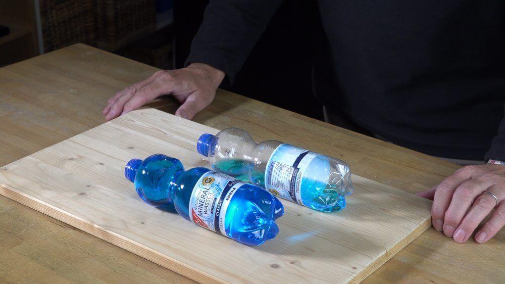 Wenn ihr die Flaschen richtig auf das Supermarktband legt, bleiben sie liegen.