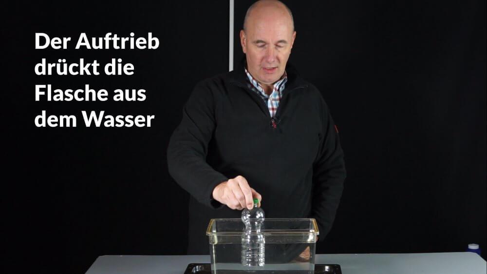 Den Auftrieb der leeren Flasche im Wasser spüren.
