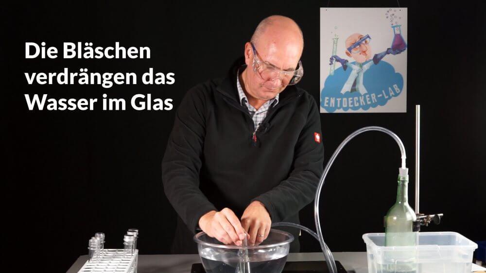 Ich fange den Wasserstoff mithilfe einer pneumatischen Wanne in einem Reagenzglas auf