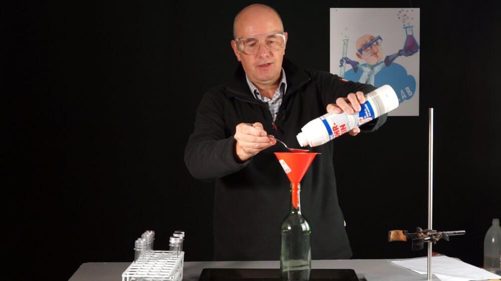 Ich fülle Abflussreiniger und Aluminiumskugeln in die Flasche