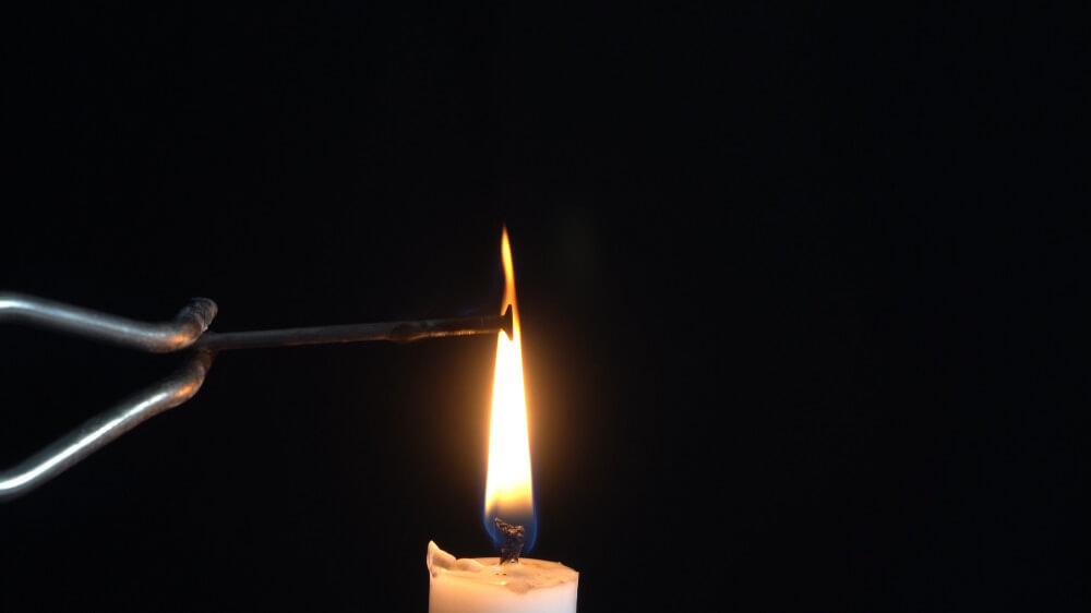 Im oberen Teil der Kerzenflamme entsteht Ruß.