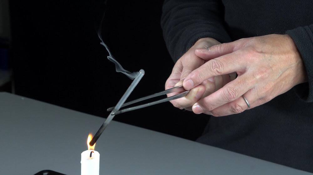 Im Innern der Kerzenflamme ist unverbrannter Wachsdampf.