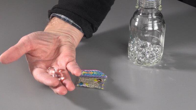 Gelperlen wachsen im Wasser von 1 mm auf etwa 1 cm