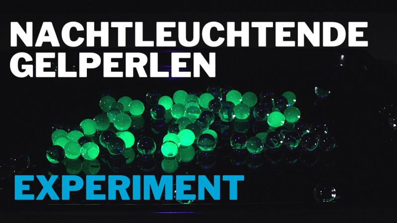 Wasserperlen im Schwarzlicht - UV-Fluoreszenz