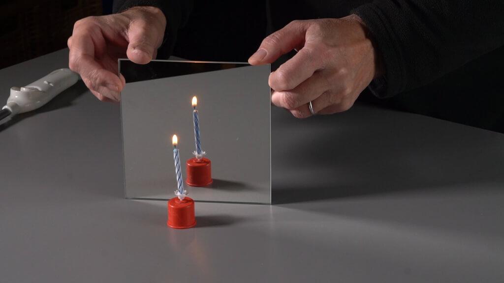 Eine Kerze und ihr Spiegelbild