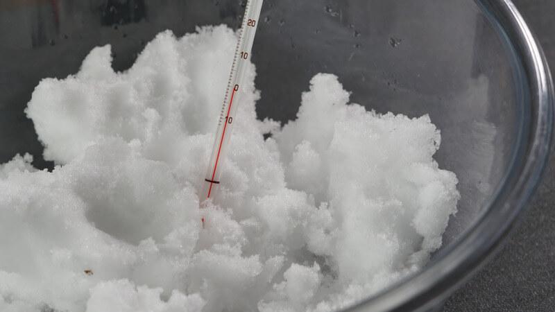 Der Schmelzpunkt von Eis und Schnee ist bei 0 °C