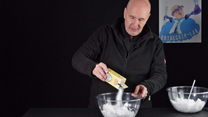 Ich rühre ein halbes Päckchen Salz in eine Schüssel voll Schnee
