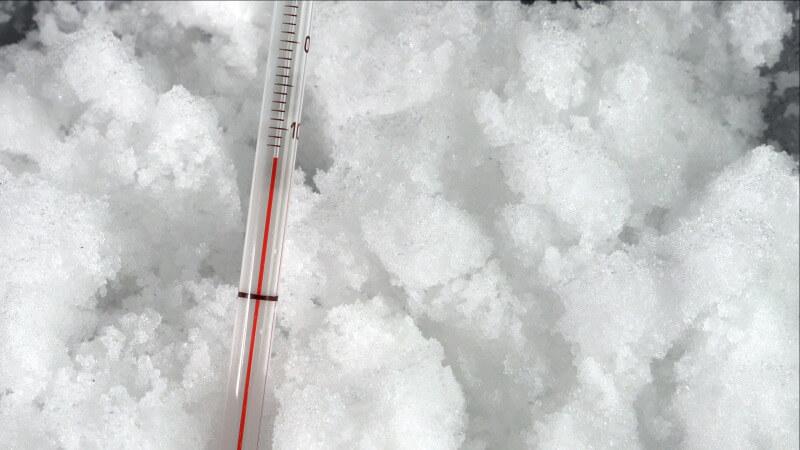 Die Temperatur der Schnee Salz Mischung fällt auf -15 °C