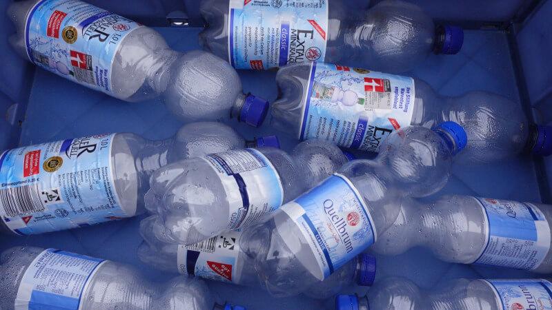 Plastikflaschenknacken in der Kälte.