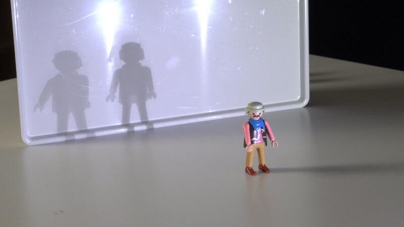 Mit zwei Lichtquellen kann ein Objekt zwei Schatten werfen.