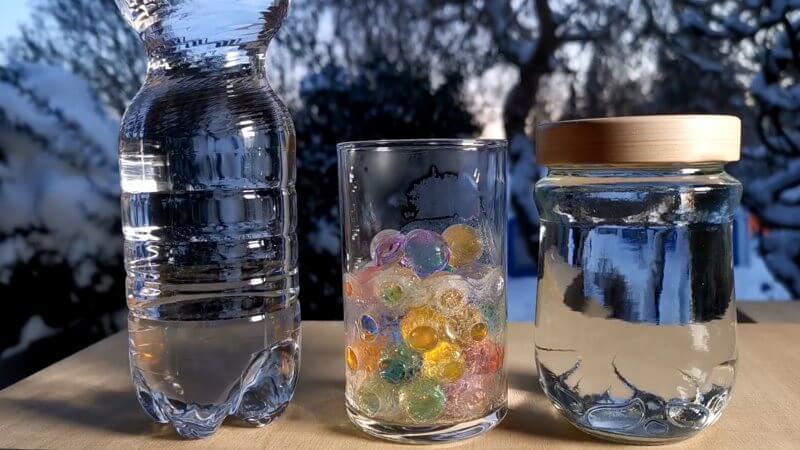 Ich lasse Wasser in einem Marmeladenglas und in einer Plastikflasche einfrieren.