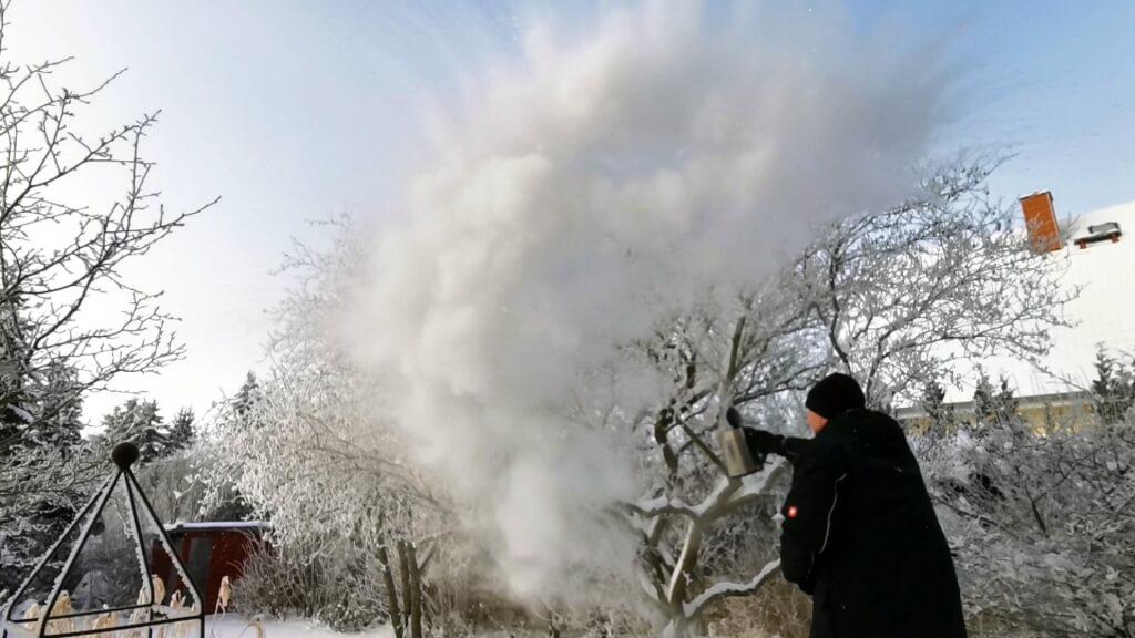Mit Spülmittel entstehen sogar gefrorene Seifenblasen.