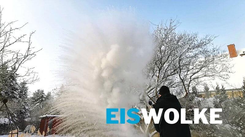 Eiswolke mit kochendem Wasser