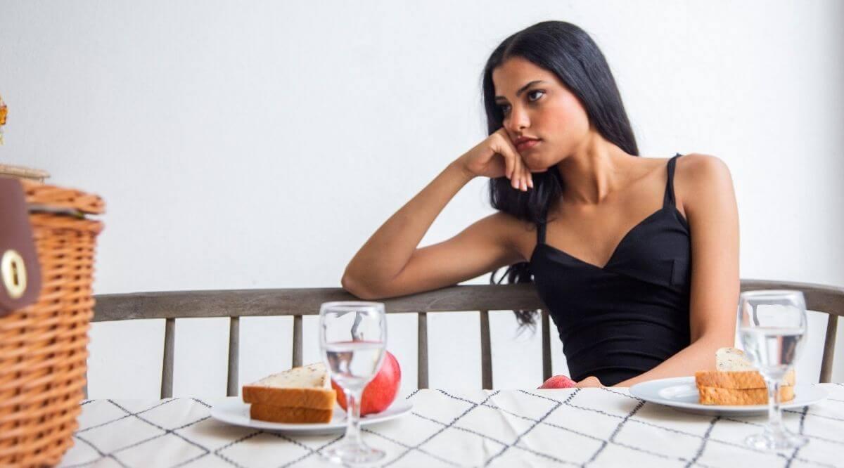 Frau sitzt wartend herum, weil er sich nicht mehr meldet