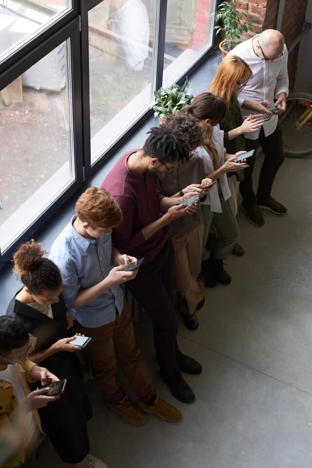 Menschen im Kreis, mit Smartphones beschäftigt