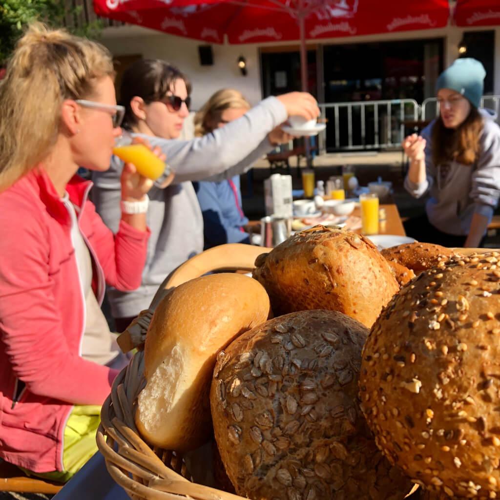 Die Gruppe genießt das leckere Frühstück in der Talstation Heumöderntal beim Bike Camp