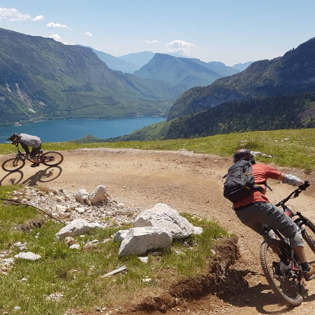 Gemütliche Pause auf der Alm beim Bike Camp Tirol