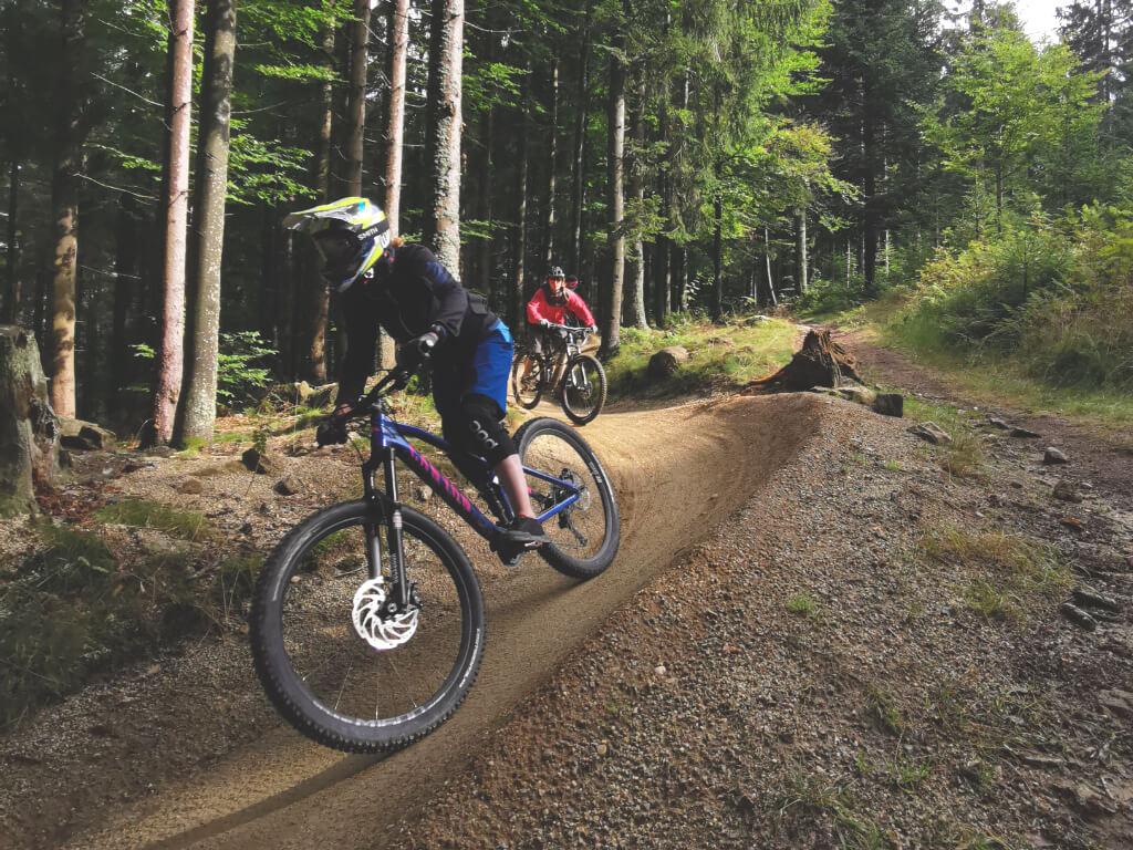 Spaß und effektives Fahrtechniktraining bei den Bike Camps für Frauen im Bikepark Geisskopf