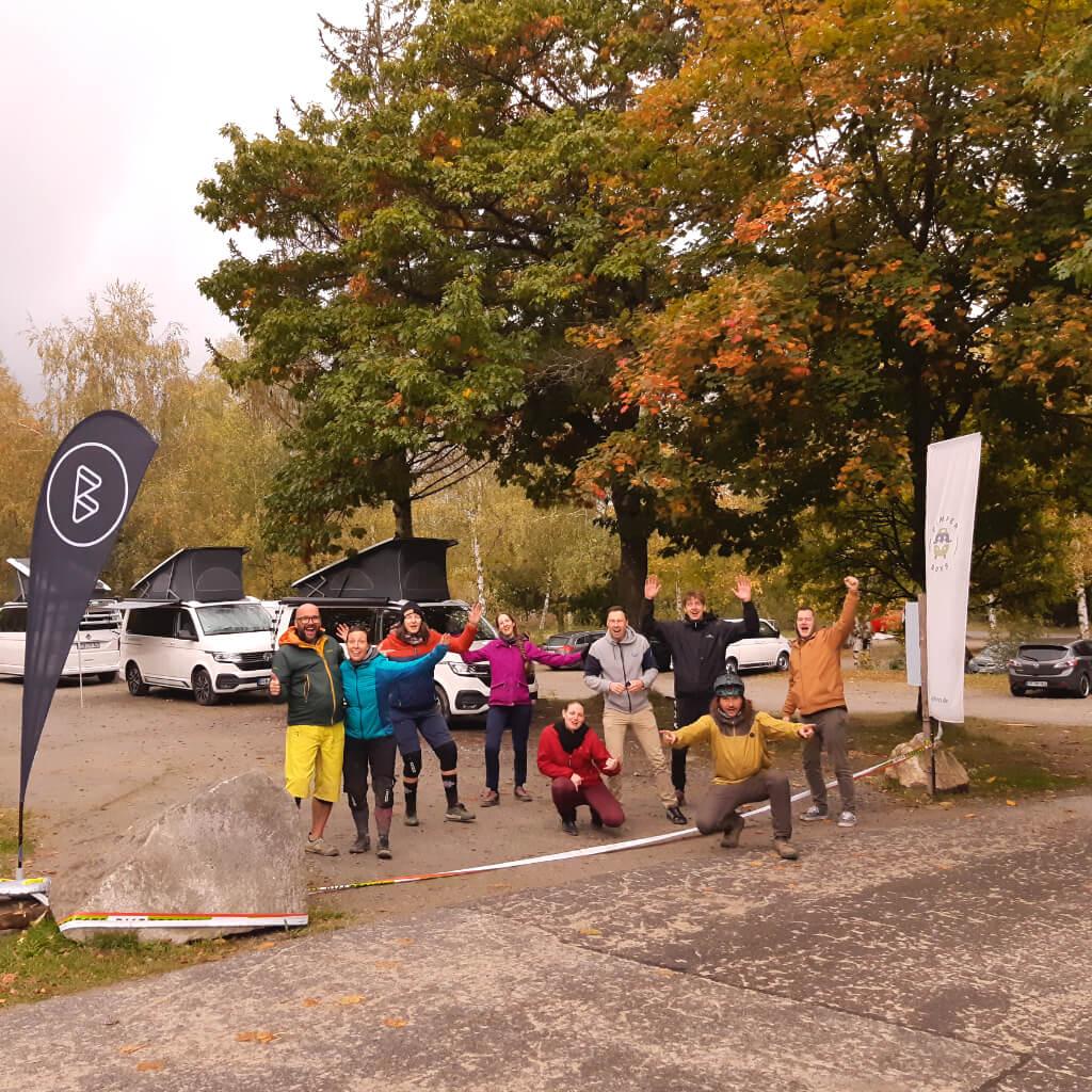 glückliche gruppe nach dem letzten camp and ride event