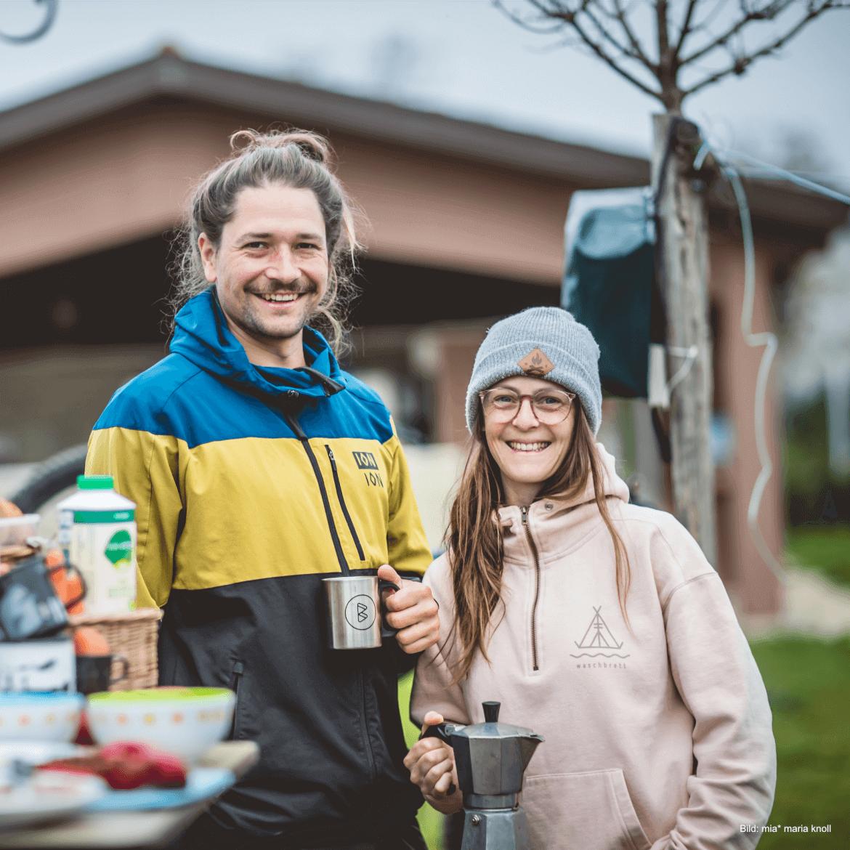 Claudi und Roman sind die Gründer von BUCKETRIDE Mountainbike Reisen und leidenschaftliche Mountainbiker und Camper