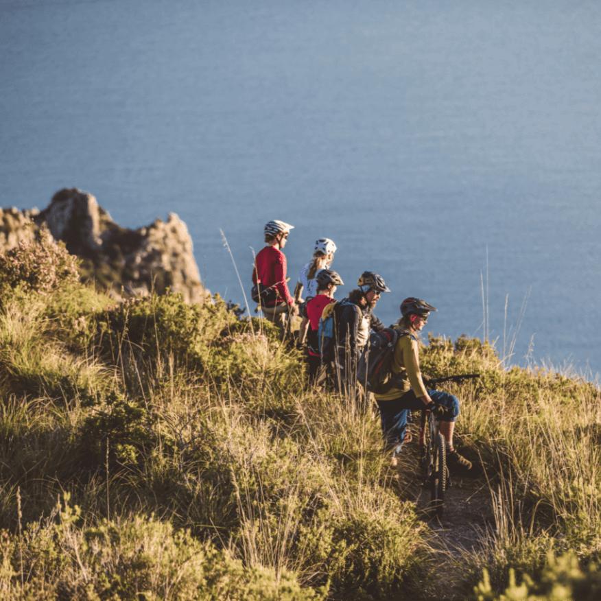 Mountainbike Reisen bei denen die Gruppe den Sonnenuntergang genießen kann