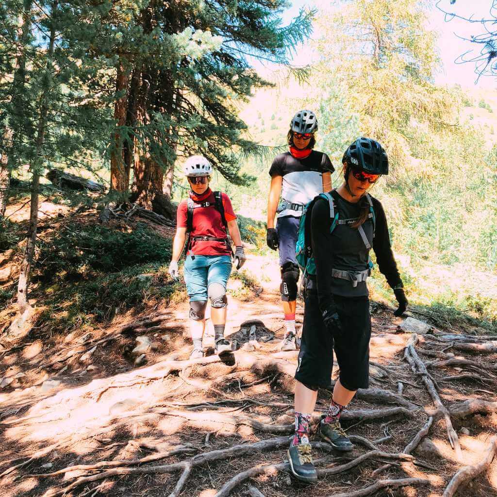 die richtige liniebeim women bike camp reschensee wir die richtige linienwahl auf dem trail besprochen
